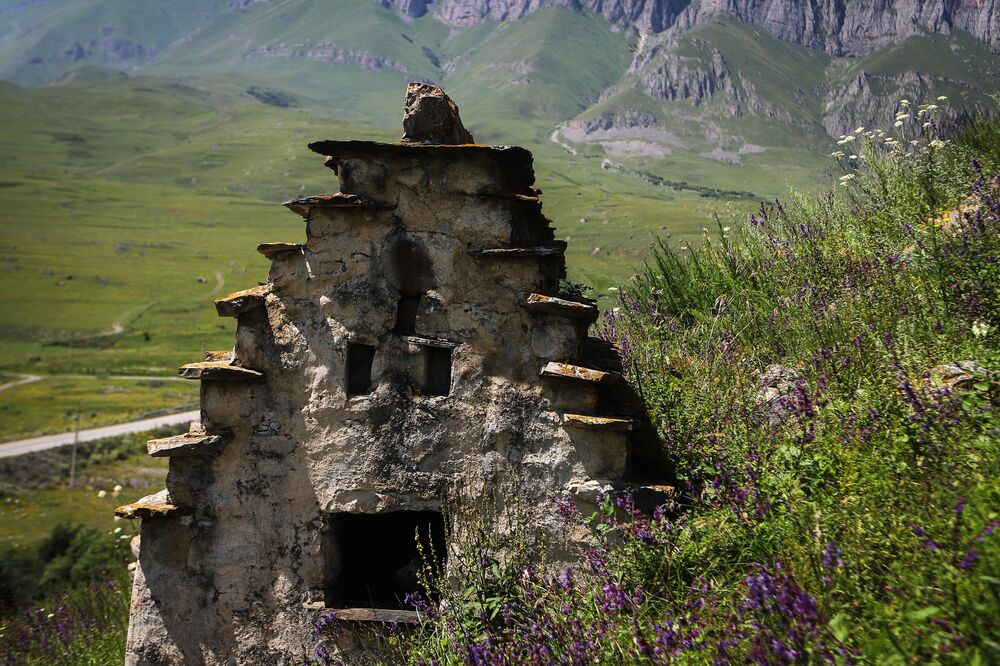 قبر على أراضي مدينة الموتى في جمهورية أوسيتيا الشمالية الروسية