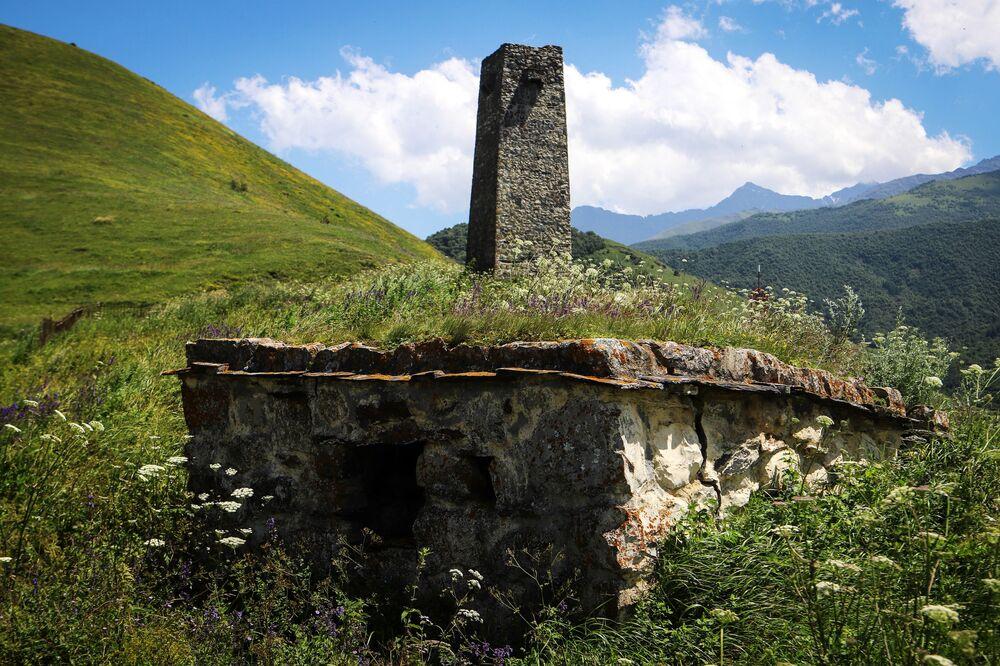 قبر قديم على أراضي مدينة الموتى في جمهورية أوسيتيا الشمالية الروسية