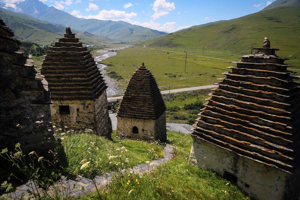مقابر على أراضي مدينة الموتى في جمهورية أوسيتيا الشمالية الروسية