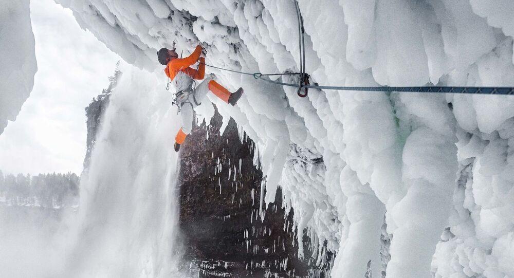 تسلق الجبال العالية في شلالات هلمكين في كندا، 22 فبراير 2018