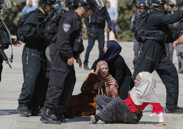 إمرأة تتعرض للضرب من قبل إسرائيليين، المسجد الأقصى – القدس - فلسطين