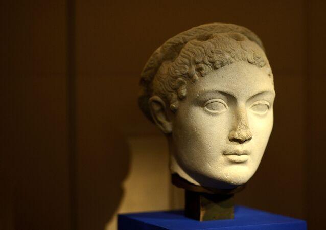 تمثال منسوب للملكة كليوباترا