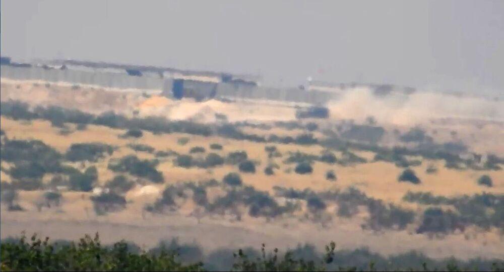 لحظة إخفاء دبابة للمسلحين في نقطة المراقبة التركية في مورك بريف حماة الشمالي