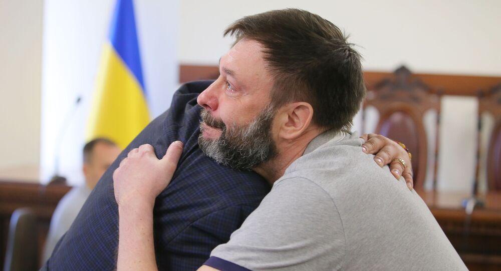 الصحفي الروسي كيريل فيشينكسي الذي كان محتجزا لدى أوكرانيا