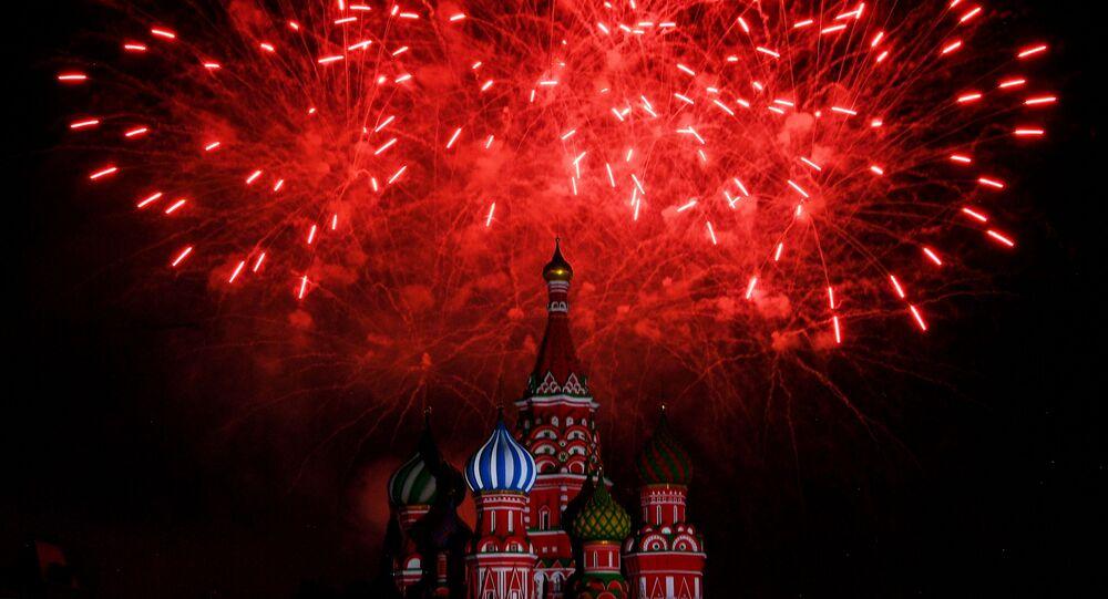 ألعاب نارية في حفل افتتاح المهرجان الدولي الـ12 للموسيقى العسكرية برج سباسكايا في الساحة الحمراء في موسكو.