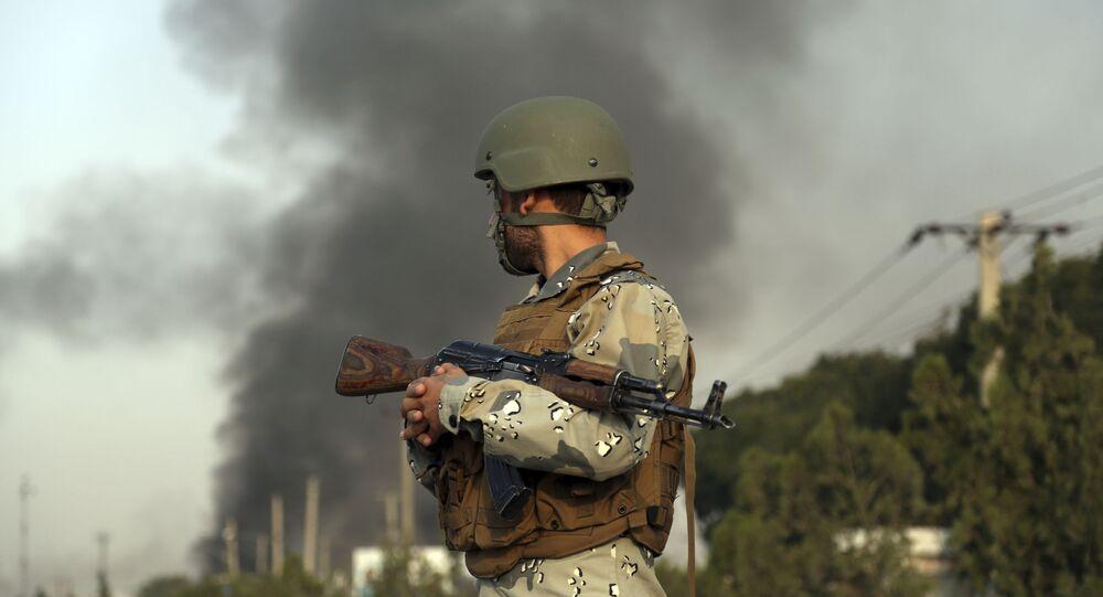 الدخان يتصاعد بعد تفجير انتحاري سابق في العاصمة الأفغانية كابول وتبنته حركة طالبان