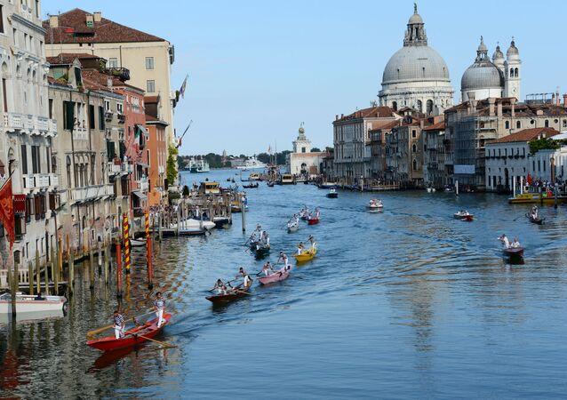 مدينة فينيسيا (البندقية) هي إحدى أشهر المدن في العالم. ولا يوجد بها إلا عجلات لعربات نقل الحقائب التي لا يزال يسمح باستخدامها. تم حظر ركوب الدراجات منذ عام 2016.