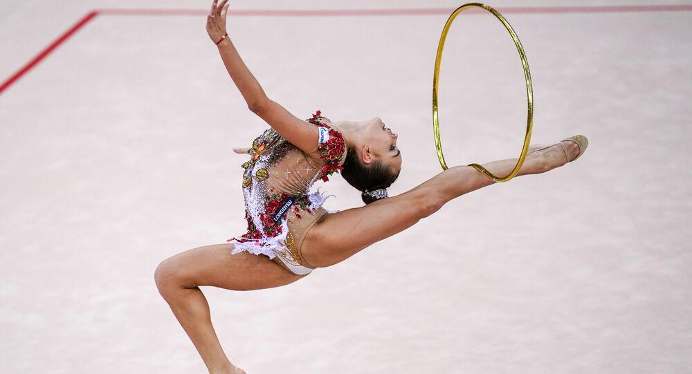 الروسية دينا أفيرينا في بطولة العالم للجمباز الإيقاعي بين السيدات في باكو، أذربيجان
