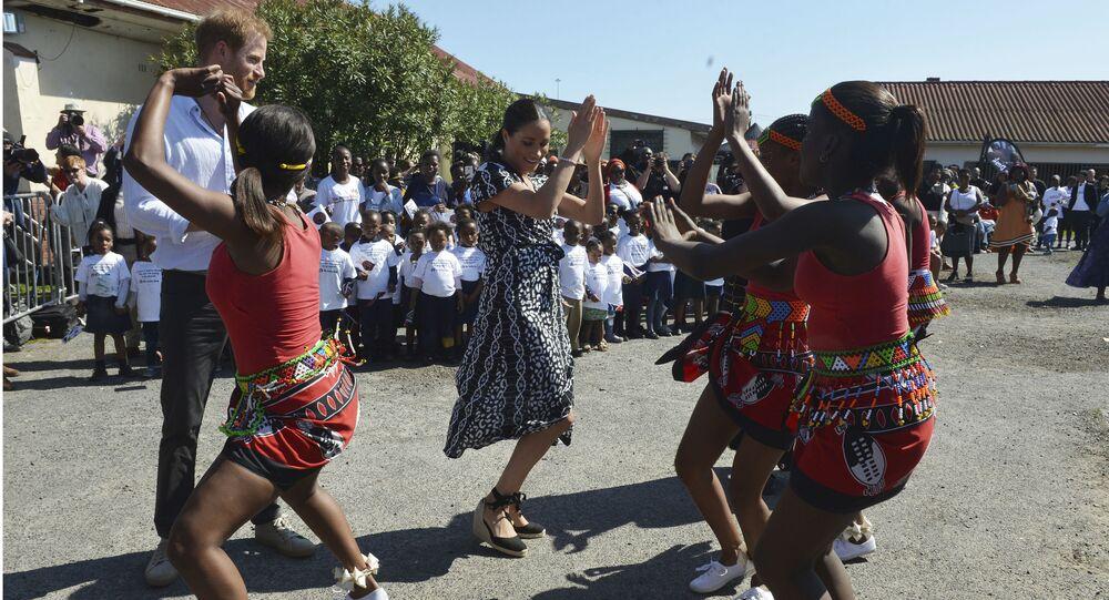 دوقة ساسكس ميغان ماركل ترقص مع أطفال بصحبة زوجها الأمير هاري في كيب تاون، جنوب أفريقيا، 23 سبتمبر/أيلول 2019
