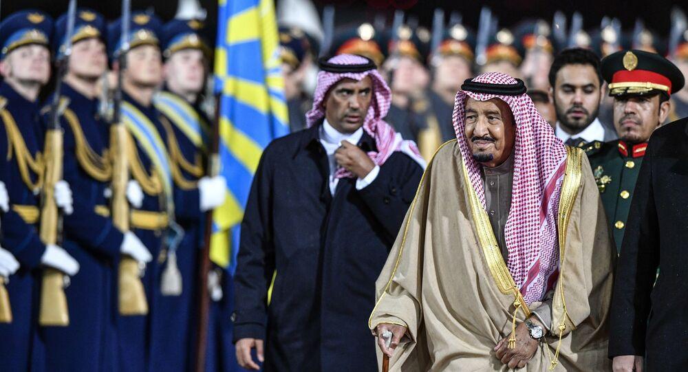 اللواء عبد العزيز الفغم يسير خلف الملك سلمان بن عبد العزيز خلال إحدى زياراته الرسمية