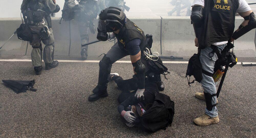 عناصر الشرطة في هونغ كونغ خلال القبض على المحتجين في هونغ كونغ