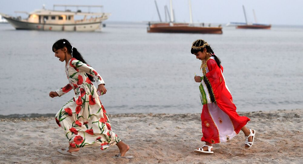 فتيات يركضن على طول شاطئ جزيرة دلما، الإمارات العربية المتحدة 21 أكتوبر 2019