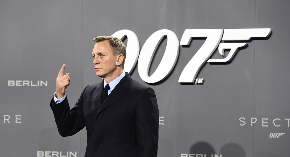 الممثل البريطاني دانييل كريغ وخلفه شعار جيمس بوند (007)