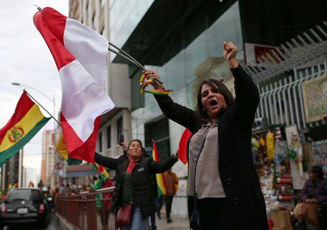 احتفالات في بوليفيا بعد أن أعلن الرئيس البوليفي إيفو موراليس استقالته