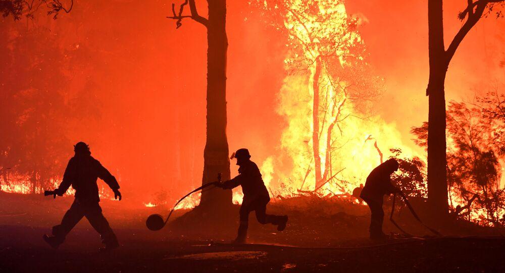 متطوعون يشاركون في إطفاء الحريق بالقرب من قرية تيرمايل، أستراليا 3 ديسمبر 2019