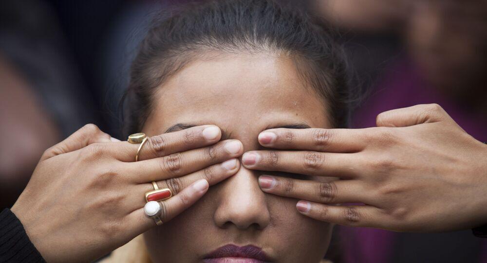 فتاة هندية تشارك في فاعلية احتجاجا على انتشار الاغتصاب في البلاد