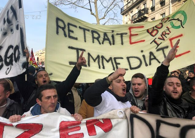 أعضاء النقابة العمالية الفرنسية والعمال المضربون يشاركون في مظاهرات باريس، 17 ديسمبر/ كانون الأول 2019