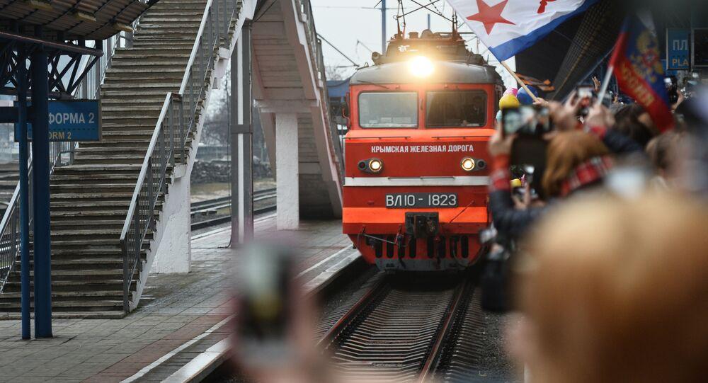 قطار تافريا، عبر مسار السكة الحديدية سان بطرسبورغ - سيفاستوبل، يصل محطة القطارات سيفاستوبل، القرم، روسيا 25 ديسمبر 2019