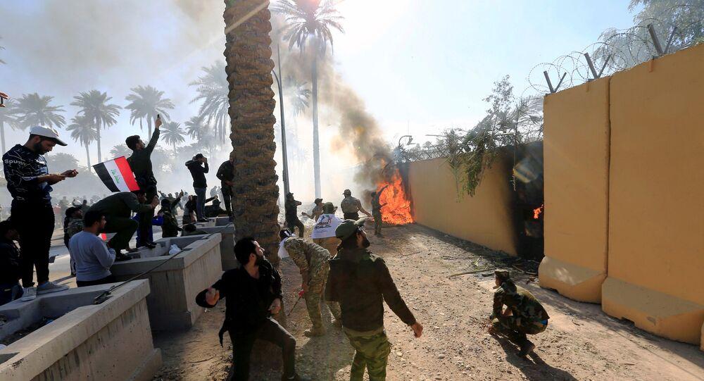 متظاهرون يحرقون سور السفارة الأمريكية في العراق