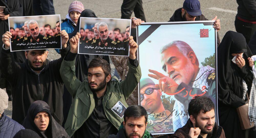 متظاهرون إيرانيون يرفعون صور قائد فيلق القدس قاسم سليماني بعد مقتله في غارة أمريكية في مطار بغداد