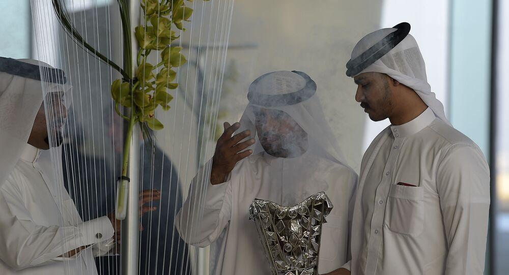 مواطن بحريني يستقبل ضيوفه بالبخور