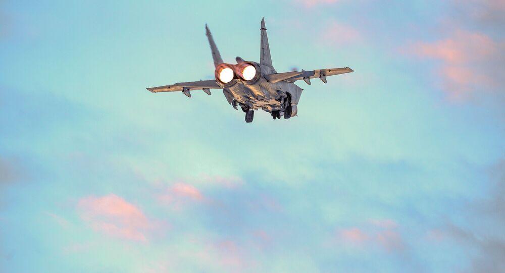 مقاتلات سو-24 وميغ-31 خلال المناورات الجوية في منطقة مورمانسك الروسية، روسيا 16 يناير 2020
