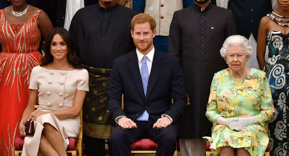ملكة بريطانيا إليزابيث الثانية وحفيدها الأمير هاري وزوجته ميغان ماركل