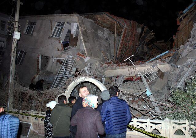 انهيار مبنى متأثرا بعد زلزال تركيا المدمر