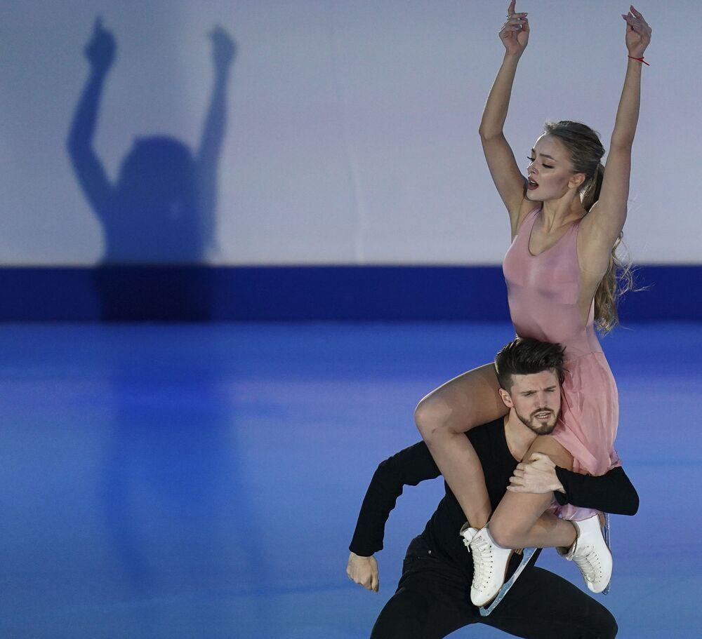 الروسيان ألكساندرا ستيبانوفا وإيفان بوكين خلال فقرتهما الفنية في بطولة أوروبا للتزحلق على الجليد في غراتس، النمسا 26 يناير 2020