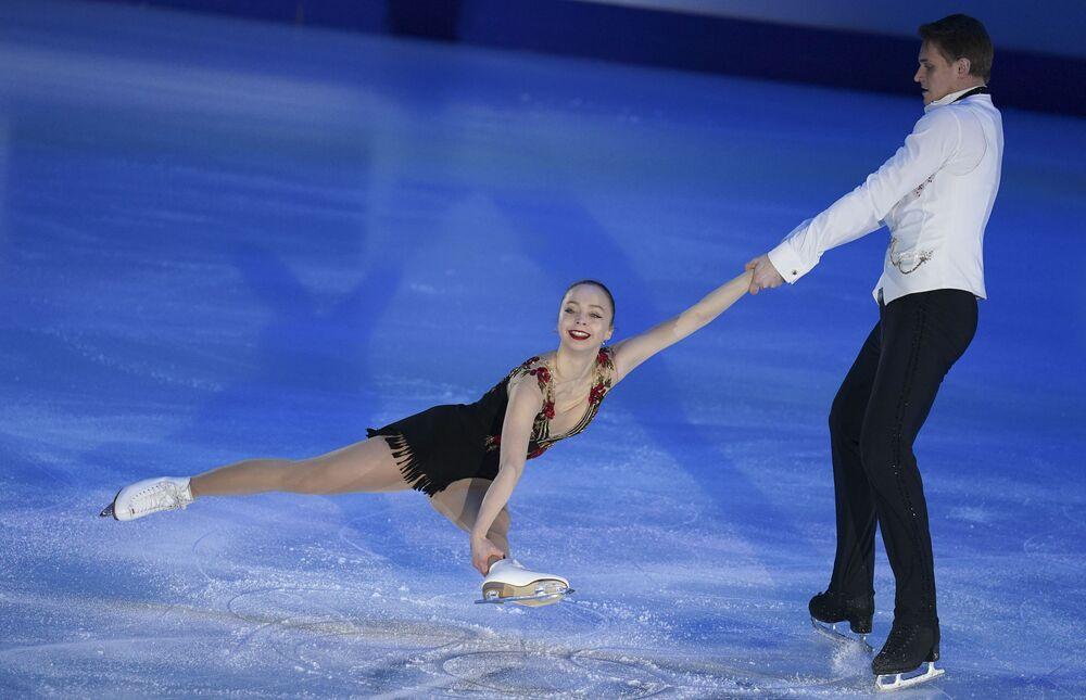 الروسيان ألكساندرا بويكوفا ودميتري كوزلوفسكي خلال فقرتهما الفنية في بطولة أوروبا للتزحلق على الجليد في غراتس، النمسا 26 يناير 2020