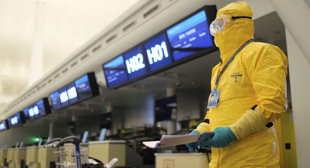 موظف يرتدي زيا واقيا في مدينة ووهان الصينية، 1 فبراير 2020