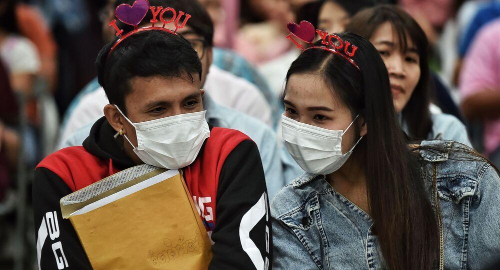 ثنائي يقفان في صف لتسجيل زواجهما في مركز لتسجيل الحالات المدنية في يوم فالنتاين (عيد الحب) في بانكوك، تايلاند 14 فبراير 2020