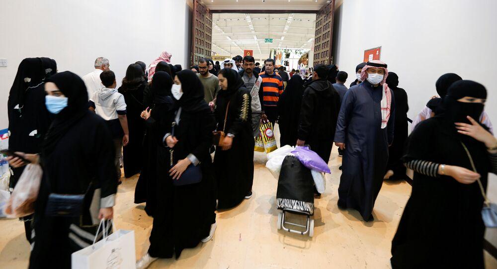 سكان محليون يرتدون كمامات واقية من فيروس كورونا في العاصمة البحرينية المنامة