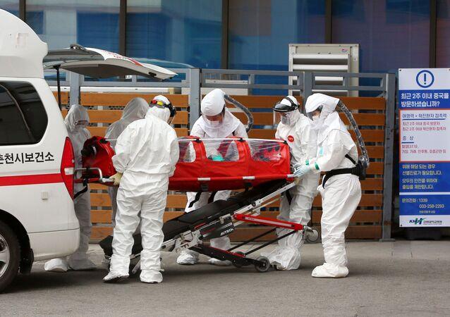 نقل مريض مصاب بفيروس كورونا في كوريا الجنوبية