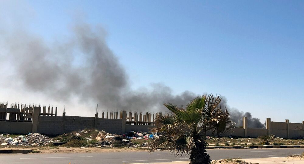 دخان يتصاعد من مطار معيتيقة بعد تعرضه لهجوم في طرابلس