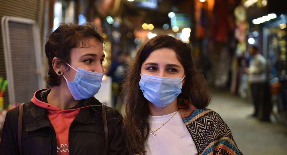سوريات يرتدين الأقنعة الواقعة في سوق الحميدية بدمشق خوفا من كورونا