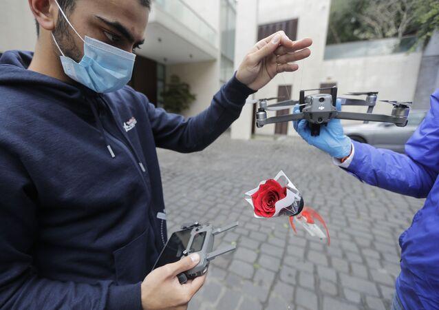 شباب يجهز وردة لإرسالها لأم بواسطة طيارات مسيرة في لبنان، 21 مارس/ آذار 2020