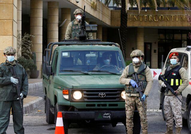أفراد من الجيش الأردني يقف أمام فندق تحول إلى حجر صحي بسبب فيروس كورونا، عمان، الأردن، 18 مارس/ آذار 2020