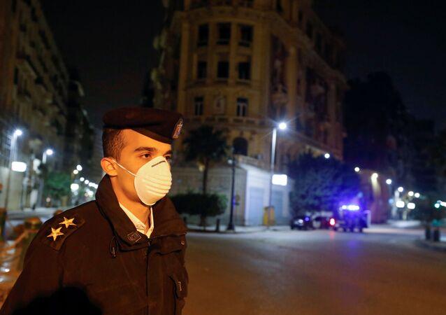 ضابط شرطة مصري أثناء تنفيذ حظر التجول بسبب كورونا - مصر