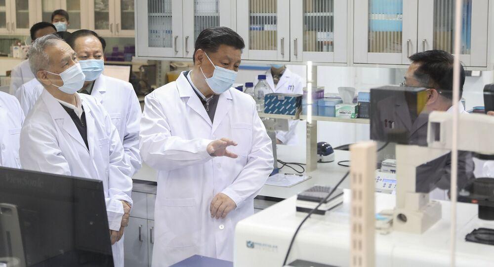 في هذه الصورة التي نشرتها وكالة أنباء شينخوا الصينية، الرئيس الصيني شي جين بينغ يرتدي القناع الواقي، ويتحدث إلى أحد أفراد الطاقم الطبي خلال زيارته لأكاديمية العلوم الطبية العسكرية في بكين  2 مارس 2020.