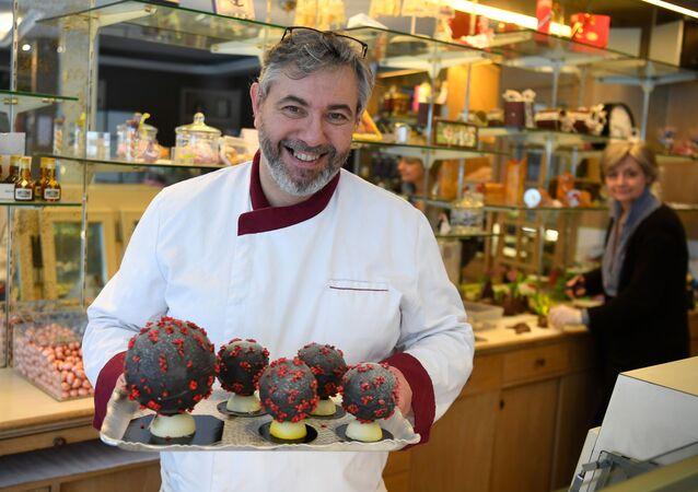 التحضيرات للاحتفال بعيد الفصح في لانديفيسيو، صانع الشوكولاتة جان فرانسوا بري يُيظهر بيض عيد الفصح على شكل الفيروس الجديد كورونا، على الرغم من انتشار فيروس كورونا في فرنسا 7 أبريل 2020
