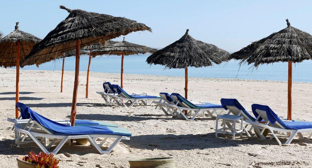 شاطئ خالي من السياح بالقرب من فندق هاسدرابل في مدينة الحمامات، تونس 12 مارس / آذار 2020