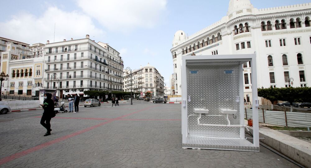 يُرى في أحد شوارع مدينة الجزائر العاصمة، مغسلة مع مطهرات لتعقيم الأيدي، عقب انتشار مرض فيروس كورونا، في الجزائر، 21 مارس / آذار