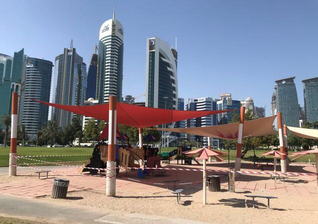 مشهد عام على ساحة للأطفال فارغة، في أعقاب تفشي مرض فيروس كورونا (كوفيد-19) في الدوحة، قطر  17 آذار/ مارس 2020
