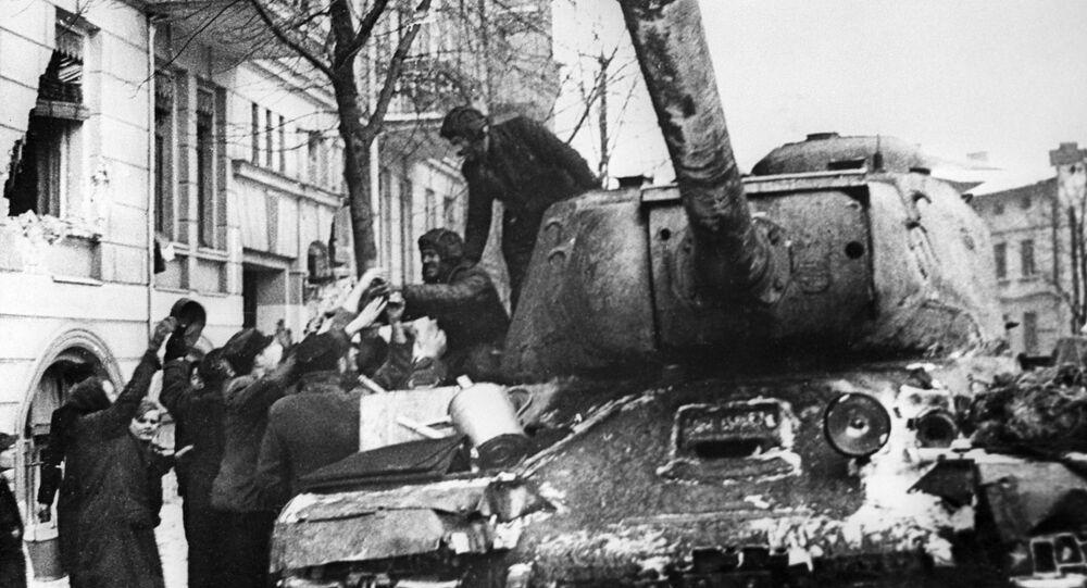 أهالي مدينة بوزنان المحرر من ألمانيا النازية، يرحبون بالجنود السوفيتيين على متن الدبابة الثقيلة إي إس-2 (دبابة يوسف ستالن)، بولندا 23 فبراير 1945