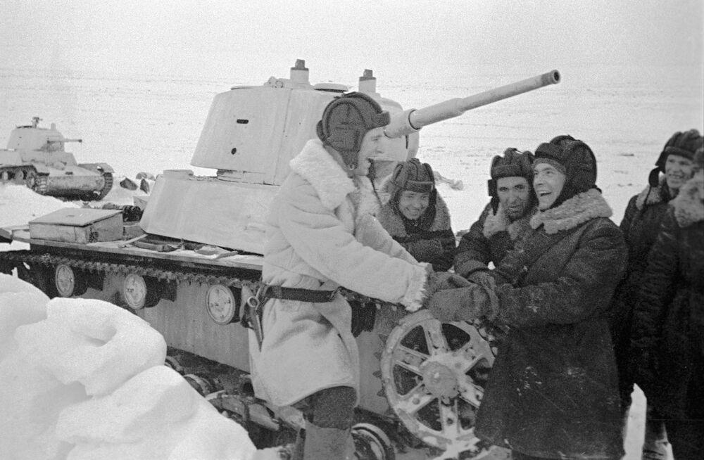 أفراد طاقم الدبابة الخفيفة تي-26 كتيبة ب.ف. بيتشينين أثناء الراحة بين المعارك، ديسمبر/ كانون الأول 1941