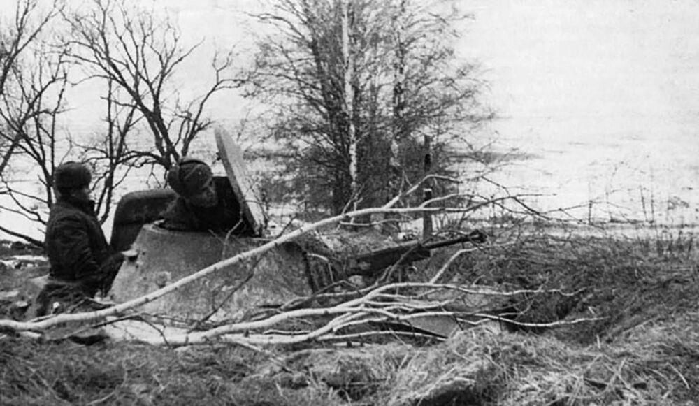 طاقم دبابة تي-40 في كمين. الجبهة الغربية، يُفترض أنها تابعة للواء الدبابات الرابع والعشرين، نوفمبر/ تشرين الثاني عام 1941. تم إعادة طلاء المدرعة باللون الأبيض الواقي لتمويه العدو على خلفية الثلج الأبيض.