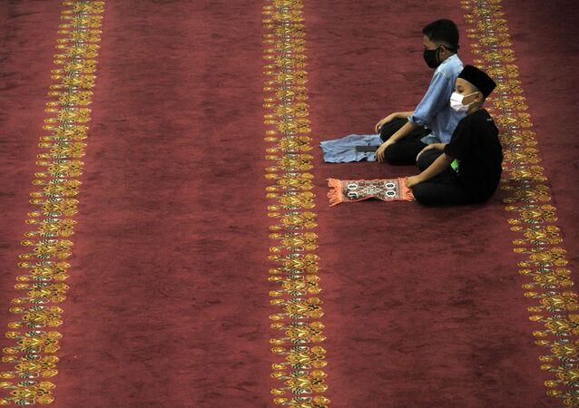 بداية شهر رمضان في مسجددماك الكبير في مدينة ميدان، إندونيسيا 23 أبريل 2020