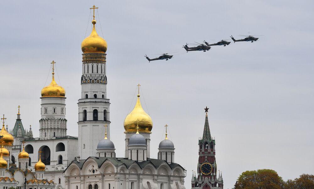 المروحية الهجومية الروسية من طراز مي-28إن (الصياد الليلي)، خلال بروفة الجزء الجوي من العرض العسكري ي في موسكو، بمناسبة إحياء الذكرى الـ75 لعيد النصر على ألمانيا النازية في الحرب الوطنية العظمى (1941-1945)
