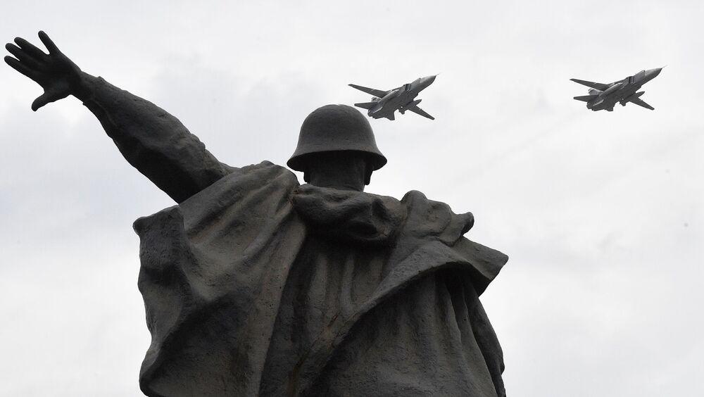 القاذفات الحربية سو-24 خلال بروفة الجزء الجوي من العرض العسكري ي في موسكو، بمناسبة إحياء الذكرى الـ75 لعيد النصر على ألمانيا النازية في الحرب الوطنية العظمى (1941-1945)